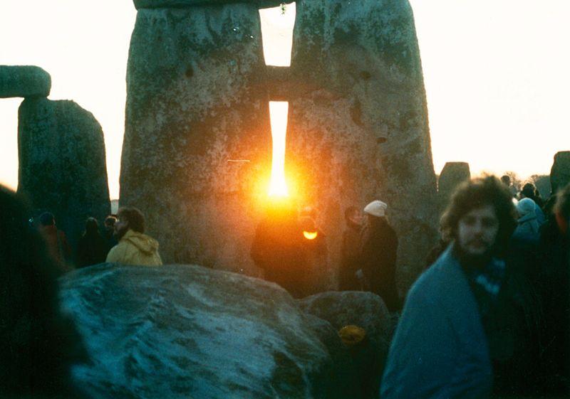 800px-StonehengeSunrise1980s